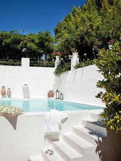 Una casa rústica rodeada de vegetación en Ronda