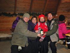 冷洌的寒冬中,團員依偎在一起,溫暖彼此的心!不過手上那瓶是?— 在Rovaniemi, Lapland。