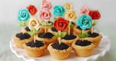 São cupcakes em formato de vasinhos, recheados com ganache e biscoito Oreo triturado. Decorados com flores.