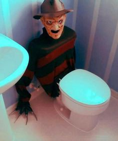 This Freddy Krueger toilet tank cover is a great DIY when hosting a teen Halloween party. It will scare the . Spooky Halloween, Halloween 2015, Halloween Kostüm, Holidays Halloween, Halloween Treats, Halloween Costumes, Diy Halloween Decorations Scary, Halloween Party Ideas For Adults, Halloween Forum