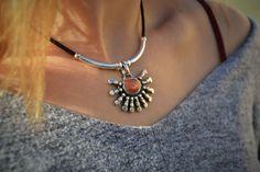 Mira este artículo en mi tienda de Etsy: https://www.etsy.com/es/listing/489721178/colgante-sol-collar-pagano-collar-cuero