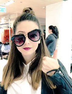 oh look Zoe is a bit tipsy as well! Zoella Hair, Zoe Sugg, Youtubers, Round Sunglasses, Hair Makeup, Celebrities, Hair Styles, Beauty, Internet