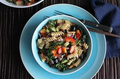 Svaigie fusilli salāti http://hipfoodiemom.com/2013/05/26/kale-pasta-salad-for-a-picnic-sundaysupper/