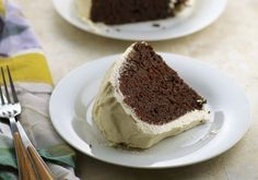 The BEST Bailey's Irish Cream Cake recipe - The mouthwatering chocolate cake and flavorful real whipped cream frosting are so light, you won't be able to say no to a second piece of this delicious dessert! Baileys Irish Cream, Irish Cream Cake, Irish Cream Coffee, Irish Desserts, Irish Recipes, Irish Meals, Cheesecakes, Cake Recipes, Dessert Recipes