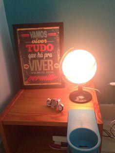 Um globo escolar, material de iluminação e muita vontade de fazer arte.