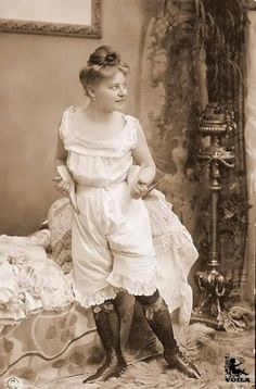 1910 Pinup postcard,, thank goodness for the invention of bras! Vintage Photography Women, Vintage Photos Women, Vintage Ladies, Vintage Photographs, Vintage Underwear, Vintage Lingerie, Belle Epoque, Edwardian Fashion, Vintage Fashion