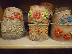 Pottery is elegant, diverse and quite the attractive addition to any part of your home. The kitchen is no exception as it can also benefit from the addition of pottery in a variety of ways. Ceramics Projects, Clay Projects, Clay Crafts, Pottery Plates, Ceramic Pottery, Pottery Art, Ceramic Clay, Ceramic Bowls, Painted Flower Pots