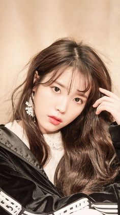 Similar to the previously mentioned Korean skin care trends, cloudless skin involves harnessing our pore-refining and brightening products to achieve skin as luminous and even as, well, a cloudless day. Korean Actresses, Korean Actors, Cute Korean Girl, Asian Girl, Korean Beauty, Asian Beauty, Natural Beauty, Iu Twitter, Festival Make Up