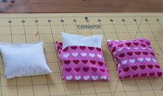 Sewing Machine Tutorial Great tutorial for pocket warmers.slip covers keep them clean from those busy playground and snow-fort building hands! Fabric Crafts, Sewing Crafts, Sewing Projects, Kid Projects, Diy Crafts, Pocket Hand Warmers, Corn Bags, Rice Bags, Craft Gifts