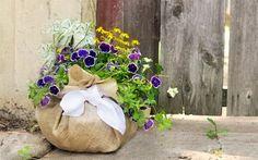 Het is weer eens wat anders dan een normale pot, planten in een jute zak. Met deze zelfmaker van de blog The Mother Huddle kun je dit heel gemakkelijk zelf maken. Ook leuk als cadeau!