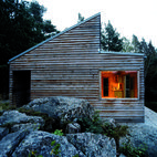 Woody 35 is a prefab wood cabin designed by Norwegian architect Marianne Borge, this just 35 sqm house made of low maintenance local woods. Small Prefab Cabins, Prefab Homes, Cabin In The Woods, Little Cabin, Cabins And Cottages, Building A House, Building Ideas, Architecture Design, House Ideas