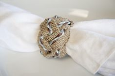 Then You Will Love These Napkin Ring DIY Tutorials - Fab You Bliss Love Burlap? Then You Will Love These Napkin Ring DIY Tutorials - Three burlap napkin ring tutorials Diy Rings Tutorial, Burlap Projects, Burlap Crafts, Sewing Projects, Up Theme, Burlap Table Runners, Table Set Up, Napkin Folding, Hessian