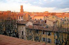 Ville d 'eau, d'art et d'histoire, Aix en Provence, dominée par la tour de la cathédrale Saint-Sauveur, présente un patrimoine architectural exceptionnel.