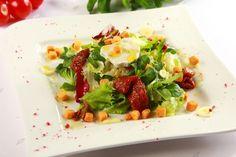 Sałatka z kozim serem i suszonymi pomidorami