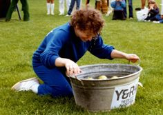 Sportdag 1981. Mandy Savage aan het appelhappen. Uit het archief van Helga van der Horst.