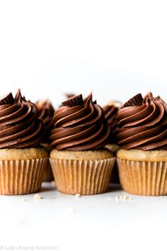 Banana Cupcakes with Chocolate Peanut Butter Frosting Butter Cupcake Recipe, Cupcake Recipes, Dessert Recipes, Gourmet Cupcakes, Mini Cakes, Cupcake Cakes, Chocolate Peanut Butter Frosting, Chocolate Cake, Muffins