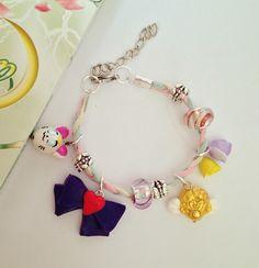 Pulseira artesanal do anime Sailor Moon. Cheia de charms da série: <br>-mini artemis, mini broche eternal, mini laço Sailor Mars, mini rosas e miçangas variadas. <br> <br>Tire suas dúvidas antes de comprar!!!