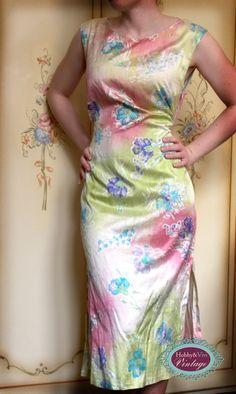 Ecco un altro vestito di seta abbandonato che ho reinventato e dipinto con la tecnica batik mista. Da sempre, non amo gli sprechi. Invece, amo usare qualunque cosa fino a che non ha esaurito questa possibilità di essere utilizzata.