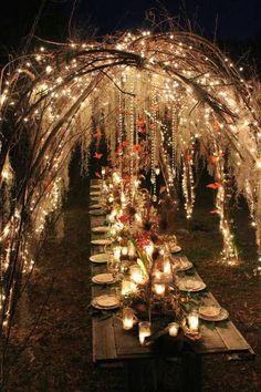 como decorar con luces de navidad para una boda en un jardin encantado