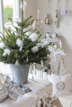 Se quiser saber mais sobre esse maravilhoso estilo de decoraç... French Christmas, Christmas Hearts, Shabby Chic Christmas, Christmas Scenes, Green Christmas, 1st Christmas, Christmas Wishes, All Things Christmas, Xmas
