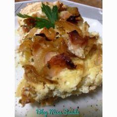 Torta de Ricota com cebolas douradas e peito de peru 2 e 1/2 xícara de chá de ricota amassada; 200 ml de leite desnatado ou sem lactose; 2 colheres de sopa de amaranto em flocos (opcional); 2 ovos; 1 dente de alho; 1 cebola grande cortada em anéis; 10 fatias de peito de peru picadas; Molho shoyo a gosto; 1 fio de azeite; Sal, pimenta e temperos a gosto.
