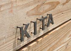 鉄文字表札シリーズ『Fika』 of じんぱちHP Entrance Signage, Entrance Design, Wayfinding Signage, Signage Design, Yoga Studio Design, Shop Facade, House Names, Metal Letters, Plate Design