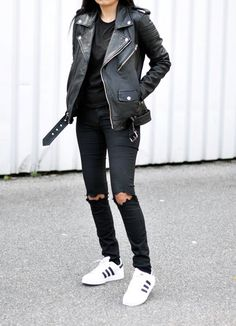 Black leather jacket, t shirt, and black ripped jeans outfit Mode Outfits, Casual Outfits, Fashion Outfits, Fashion Trends, Black Outfits, Jeans Fashion, Leather Fashion, Sneakers Fashion, Mode Style