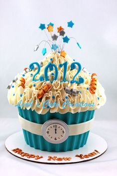 New Year's Eve Cupcakes New Year's Cupcakes, Giant Cupcake Cakes, Large Cupcake, Yummy Cupcakes, Fondant Cakes, Party Cupcakes, New Year's Desserts, Christmas Desserts, Holiday Cakes