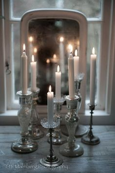 Grouping candlesticks of different heights! Chandelier Bougie, Shabby Vintage, Shabby Chic, Candle In The Wind, Light In, Candle Lanterns, Taper Candles, White Candles, Beautiful Candles