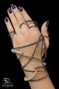 Up in Yeprem – Lebanese/Armenian Jewelry at the Grammy Awards Hand Jewelry, Jewelry Box, Silver Jewelry, Jewelry Accessories, Jewelry Design, Unique Jewelry, Palm Cuff, Bangle Bracelets, Bangles