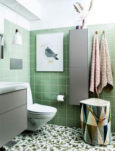Før & efter: Heldigvis er både mosaikker og farven grøn moderne, for Lotte var ved at fortvivle over sit badeværelse fra 70'erne. I hvert fald indtil det fik en makeover med nye skabe og hyggelige ting og blev forvandlet til et smukt og feminint rum.