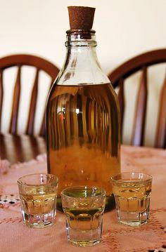 CANELINHA 1 litro de água 1 litro de cachaça (pinga) de boa qualidade 700 g de açúcar refinado chá de canela em pau bem forte Misture todos os ingredientes e ponha para ferver. Dica: Separe umas 3 colheres de sobremesa de açúcar, queime (caramelar) e acrescente à mistura para dar cor à bebida. A canelinha fica semelhante a um licor de canela e é delicioso para arrematar uma refeição, ou ainda servido como tira-gosto.