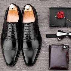 No Brasil temos um problema grande de dress code masculino, os homens simplesmente ignoram que os sapatos para usar com terno em casamentos são basicamente dois modelos: o oxford e o derby. O resta…