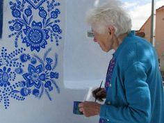 """"""" Eu tento ajudar a decorar o mundo um pouquinho """",diz Agnes Kasparkova . A moradora da vila tcheca de Louka, na Morávia, tem 87 ano..."""