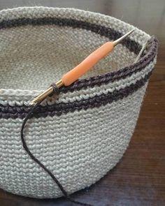 かぎ針編みの最終段は、多くの場合「引き抜き編み」で終わります。 細編みが出来れば簡単!以下の動画で確認してみましょう。