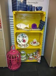 Resultado de imagem para estante para livros feita com caixotes