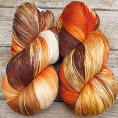 This orange, brown, and cream colorway is reminiscent of forest-growing reishi mushrooms. This colorway is a Babette: every skein and every batch is a bit different, but Babs has a method of recreatin