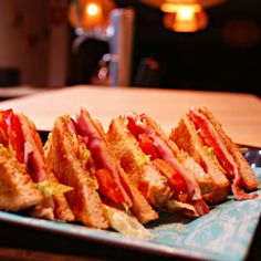 Sandwich Club House Salsa de mayonesa con mostaza, jamón, queso, pavo, lechuga, tomate, cebolla y bacon. #doblecremacafe