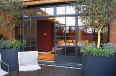 A contemporary design and outsized planters makes this small roof terrace feel inviting. The apartment is in Knightsbridge, London. http://www.thehousemag.com/knightsbridge_roof_terrace