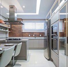 Cozinha com pastilhas bronze por Carolina Kist #homedecor #decoração #kitchen #cocina #interiordesign #cozinhamoderna