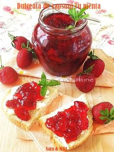 Strawberry jam with mint. I am a sucker for strawberry jam! Salsa Dulce, Jam And Jelly, Strawberry Jam, Strawberry Recipes, Canning Recipes, Fun Desserts, Sweet Recipes, Jam Recipes, Afternoon Tea