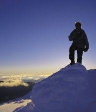 Scalatore sulla punta di una montagna ghiacciata, Victoria's High Country, Victoria | Australia