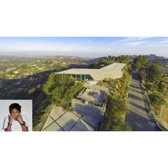 Pharrell Williams' house at Hollywood Hills has a contemporary style with modern architecture. This house is surrounded by Laurel Canyon and LA town scenery. #pharrellwilliams #architecture #arsitektur #celebrityhouse #rumahselebriti #housedesign #desainrumah