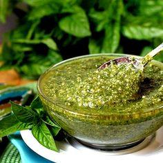 Desintoxica tu cuerpo con ríquísimo  - 3 dientes de ajo - 1/3 taza nueces de Brasil (fuente de selenio) o nueces de macadamia - 1/3 taza de semillas de girasol (fuente de cisteína) - 1/3 de taza de semillas de calabaza (zinc, fuentes de magnesio) - 1 taza de cilantro fresco picado - 1 taza de perejil picado - 2/3 taza de aceite de oliva prensado en frío  - 4 cucharadas de jugo de limón (Fuentes de vitamina C) Una gran pizca de sal marina.