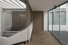 Recubrimos los pisos y acabados existentes con caucho base de resinas y maderas recicladas.