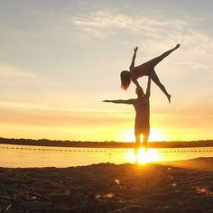 High side star at sunset. :)  #AcroRevolution #Ottawa #AcroyogaOttawa #SmileyOm #Yoga #PartnerYoga #FitCouple #Fitness #Fitspo #Strength #Balance #SideStar #PartnerYoga #Love d#Acroyoga #Sunset