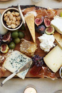 Herbstliche Käseplatte mit aromatischen Oliven, fruchtigen Feigen, süßem Honig und würzigem Käse. Eine feine Auswahl an edlen Produkten für Deine Käseplatte findest Du online in unserem Shop: https://gegessenwirdimmer.de/