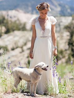 You'll be sure to turn heads in this beautiful A-line Jenny Packham wedding dress with lace cap sleeves and plunging neckline.