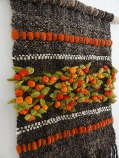 Emma - Almacén de cosas lindas: Murales realizados en telar Weaving Textiles, Weaving Art, Tapestry Weaving, Loom Weaving, Hand Weaving, Types Of Weaving, Weaving Wall Hanging, Creative Textiles, Form Crochet