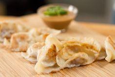 Dumplings au porc et crevettes et sauce aux arachides Dumplings, Dumpling Sauce, Egg Rolls, Mets, Dim Sum, Recipe Box, Apple Pie, Entrees, Macaroni And Cheese